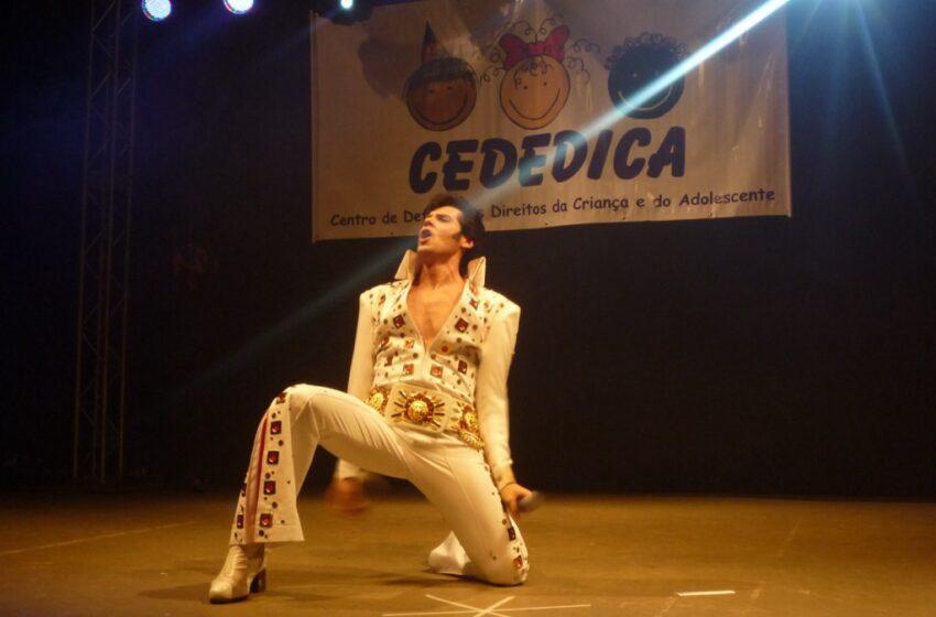 Aniversário do Cededica com show de cover de Elvis Presley lotou a Casa do Povo