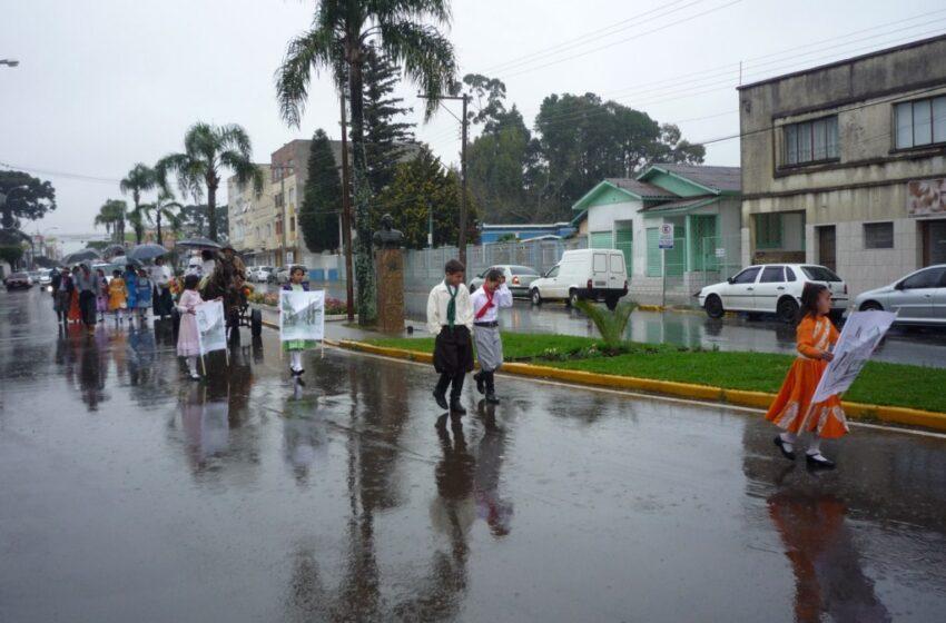 Desfile da Semana Farroupilha realizado com chuva em Vacaria