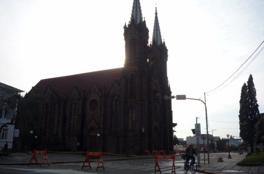 Liberado trânsito na frente da Catedral