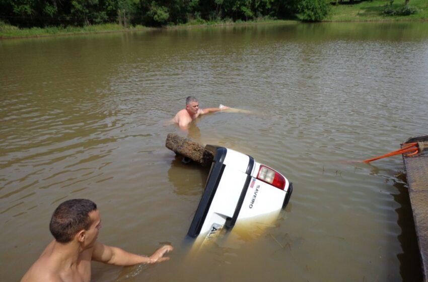 Carro cai em açude e condutor morre afogado