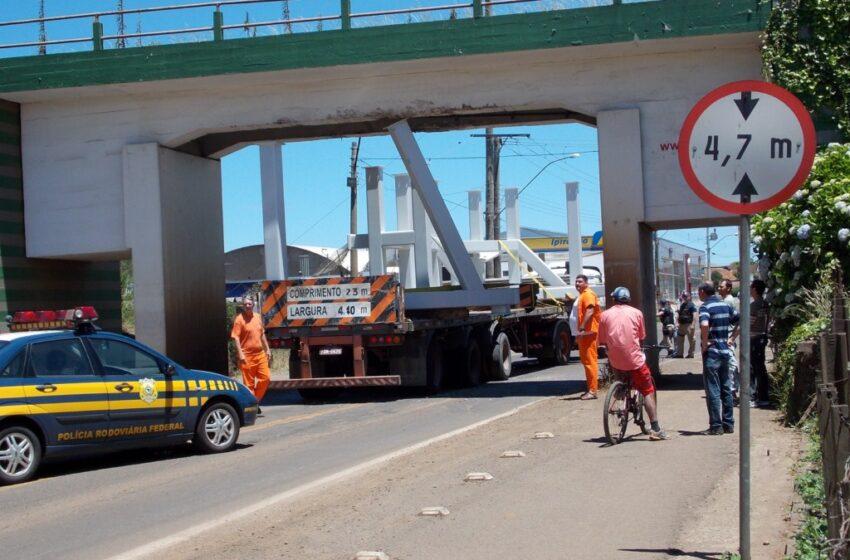Excesso de altura faz com que caminhão bata em viaduto da Avenida Militar