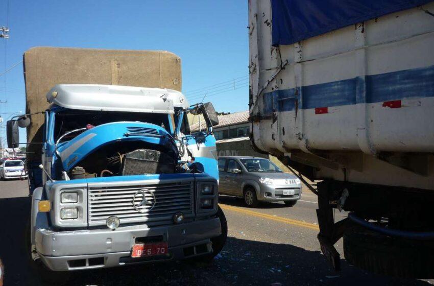 Acidente entre dois caminhões aumentou o congestionamento na Avenida Militar