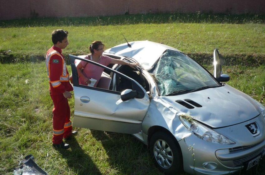 Ultrapassagem causa saída de pista e faz carro argentino capotar