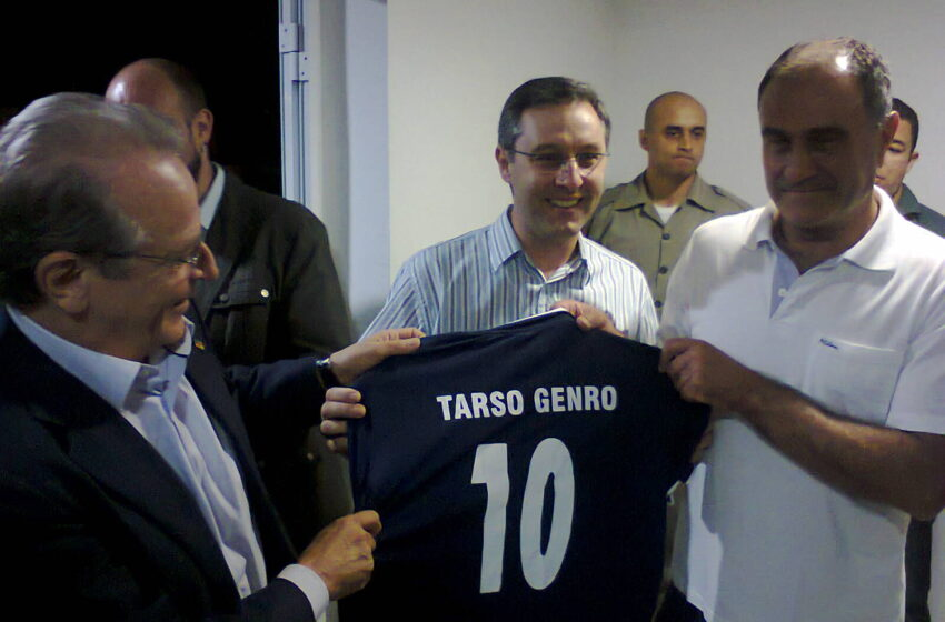 Governador recebe camisa do Glória