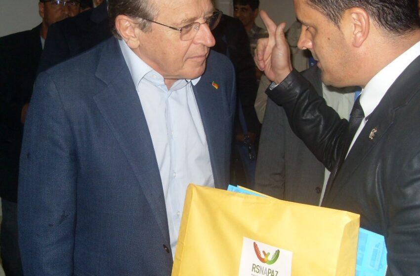 Governador Tarso recebe das mãos do coordenador do Território da Paz manifesto solicitando curso de soldado PM em Vacaria