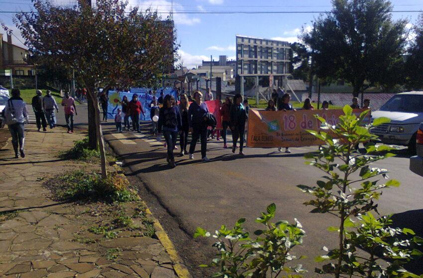 Caminhada contra abuso sexual reúne centenas de pessoas