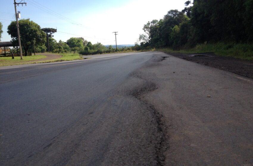 Caminhão tomba na ERS-122, em Ipê, e deixa motorista ferido
