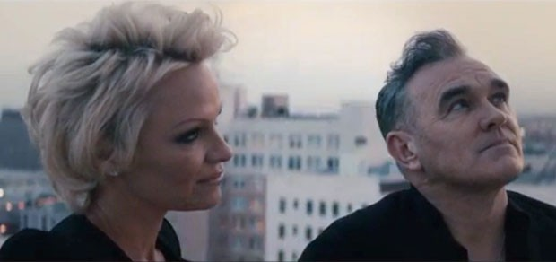 Com Pamela Anderson, Morrissey lança vídeo para promover single