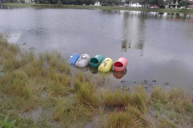 Lixeiras são atiradas na Lagoa do Rizzo, em Caxias do Sul
