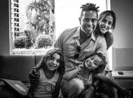 Após morte do pai, Jair relança álbum e volta a ser criança