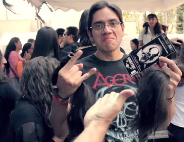 Metaleiros doam cabelo para crianças com câncer em festival no México