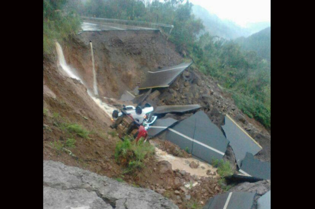 Cratera na ERS-110 engole dois veículos e deixa mulher ferida em Jaquirana