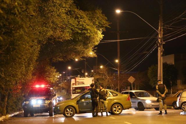Motorista atropela seis jovens durante protesto por segurança