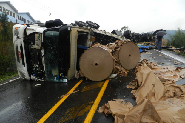 Caminhão capota na ERS-122 e deixa pista bloqueada em Flores da Cunha