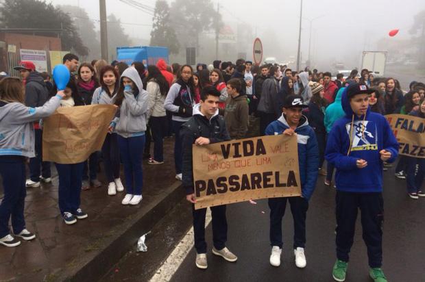Estudantes protestam pela conclusão da passarela da BR-116, no bairro São Ciro, em Caxias do Sul