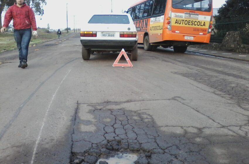 Buracos nas ruas e avenidas da cidade causam prejuízos aos usuários