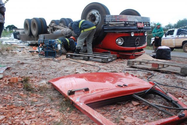 Caminhão carregado de farelo de trigo tomba na 285 em Lagoa Vermelha e tira a vida do condutor