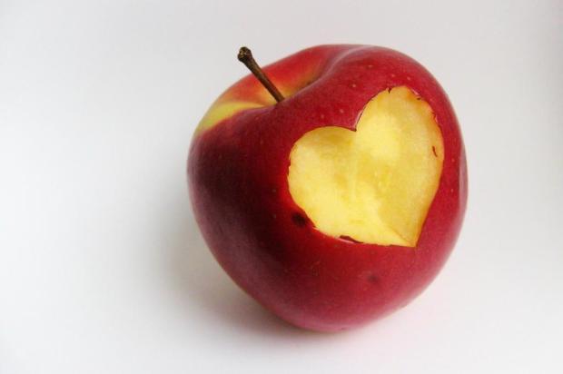 Estudo indica que comer uma maçã por dia pode melhorar vida sexual das mulheres