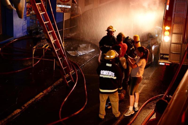 Bombeiros trabalham no rescaldo de incêndio em prédio no centro de Passo Fundo