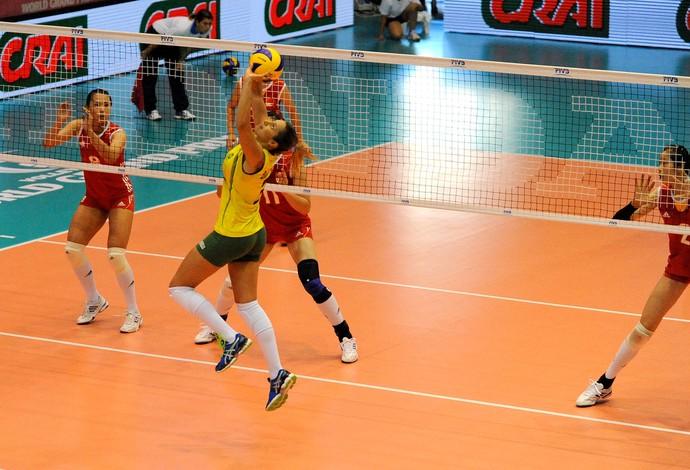 Jovem chinesa dá trabalho, mas Brasil vence em retorno de gala de Jaque