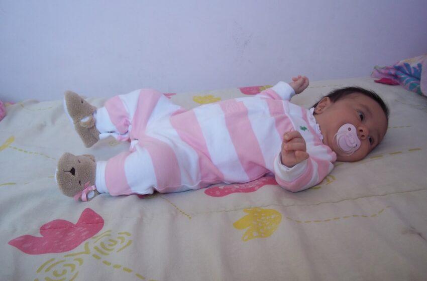 Chupeta ajuda bebê a sugar e reduz morte súbita