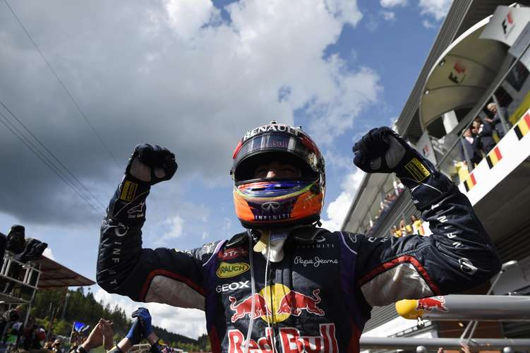 F1: Ricciardo vence; Rosberg fura pneu de Hamilton e é 2º