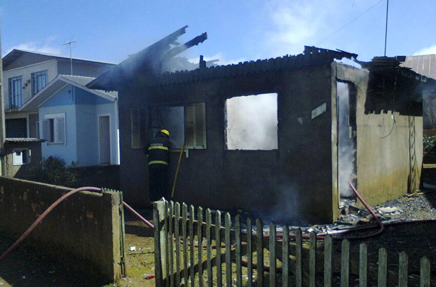 Incêndio destrói casa em Vacaria