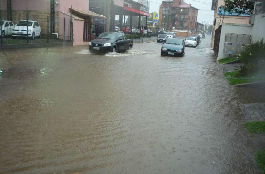 Chuva forte causa mais alagamentos na cidade nesta terça-feira