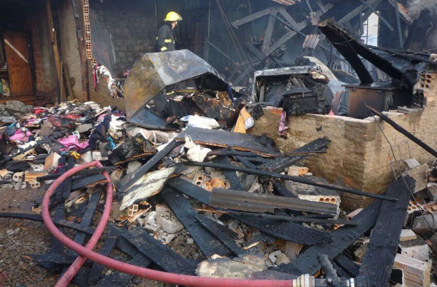 Menino coloca fogo em residência que é consumida pelo fogo