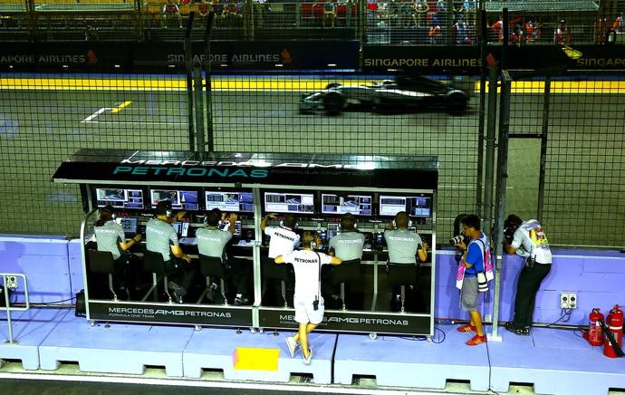 Nico abandona, Hamilton vence em Cingapura e retoma ponta do Mundial