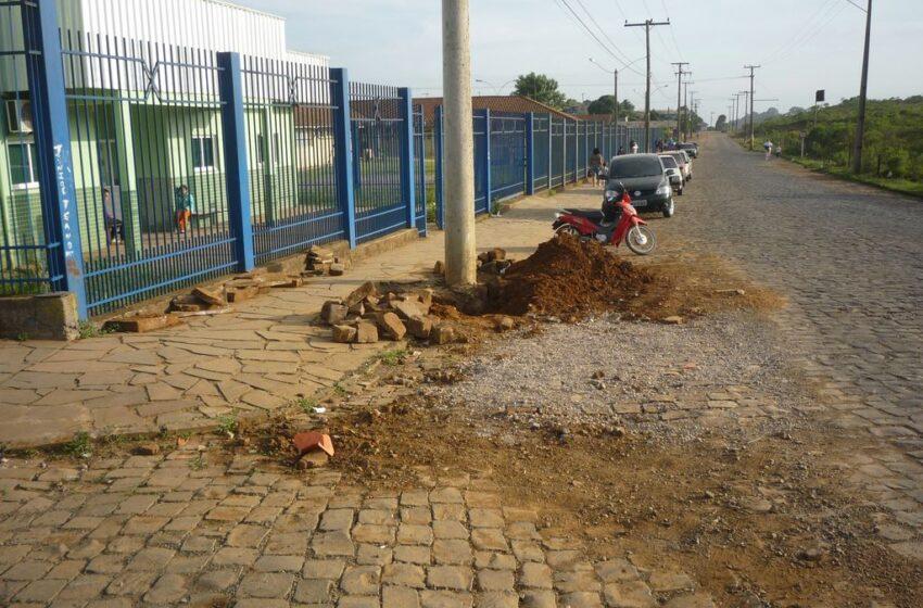 Buracos abertos e pedras soltas perto de Escola Infantil e Unidade de Saúde causam problemas a usuários