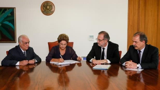 Dilma sanciona Lei dos Caminhoneiros sem vetos