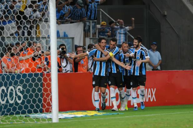 Grêmio vence nos pênaltis e classifica para as semifinais do Gauchão