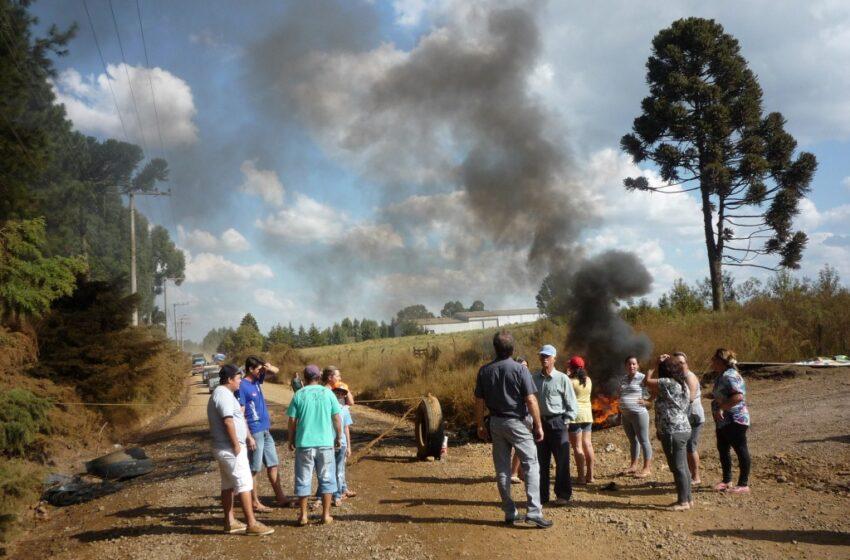 Protesto de moradores do Bairro Borges bloqueiam estrada que dá acesso a Monte Alegre
