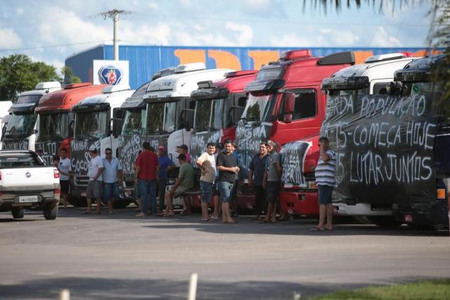 Sem acordo com governo, caminhoneiros confirmam greve a partir da meia-noite