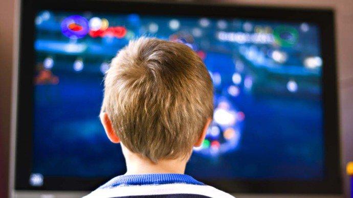 Uma hora por dia em frente à TV aumenta o risco de sobrepeso em crianças