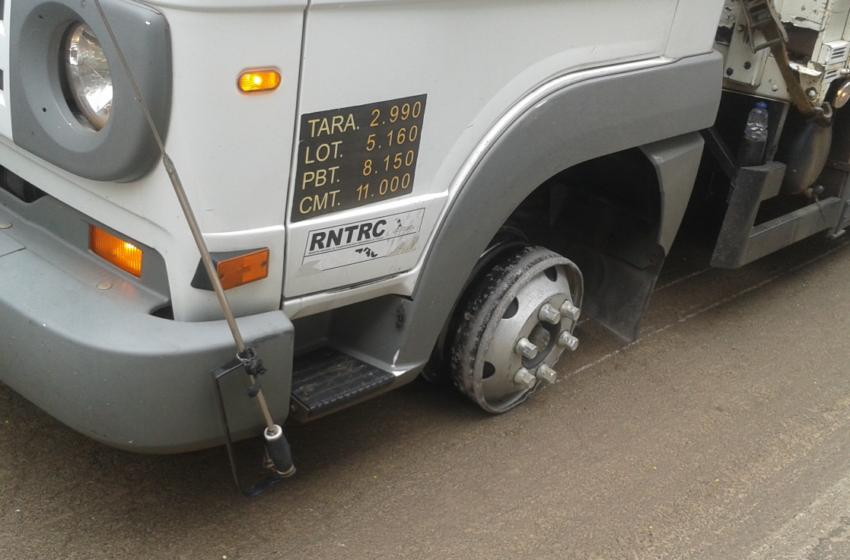 Caminhão trafega mais de 10 km somente com a roda