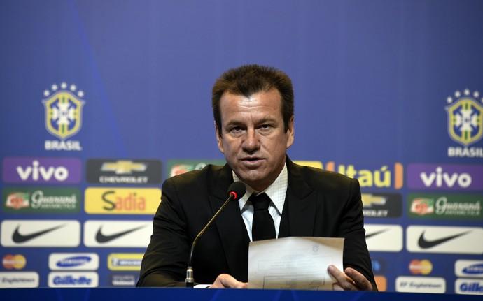 Dunga chama Robinho e deixa Oscar fora da disputa da Copa América