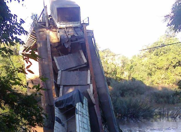 Ponte sobre o rio Jaguari cai na região central do RS