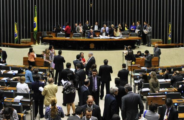 """Câmara aprova voto impresso na urna eletrônica em """"pacotão"""" de reforma política"""