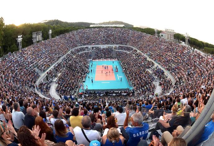 Em palco imponente, Brasil e Itália duelam a céu aberto na Liga Mundial
