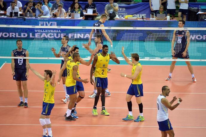 Com 20 pontos de Evandro, Brasil se impõe, bate a Itália e segue líder