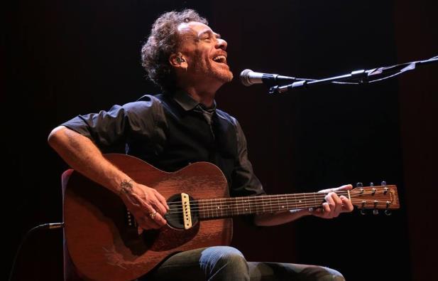 Nando Reis traz show voz e violão a Porto Alegre