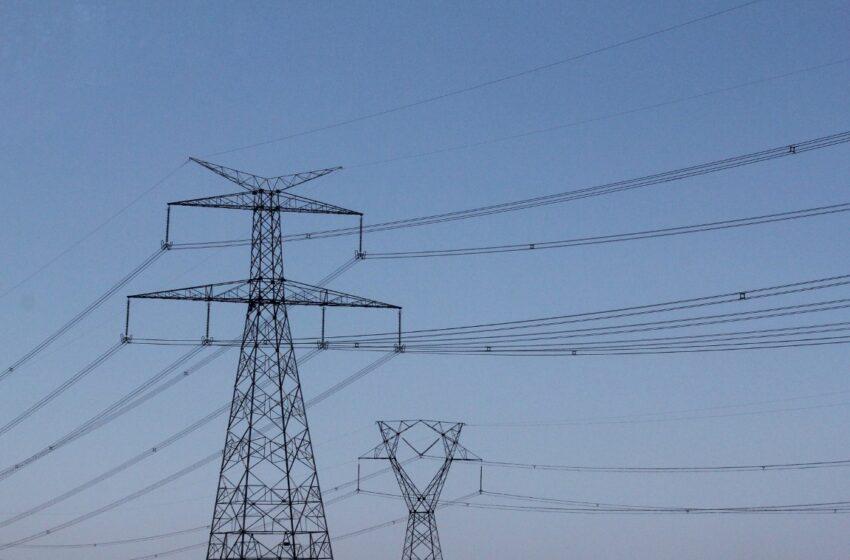 Energia elétrica deve subir 43,4% em 2015, estima Banco Central