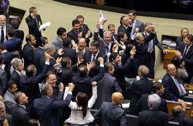 Câmara aprova projeto que reduz desoneração para 56 setores da economia