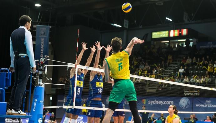 Oposto dá trabalho, mas Brasil volta a vencer a Austrália e segue na liderança