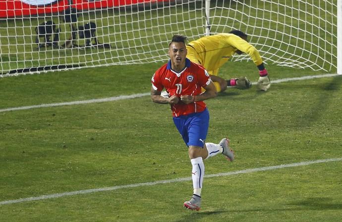Vargas faz dois gols, assume artilharia e classifica o Chile para sonhada final