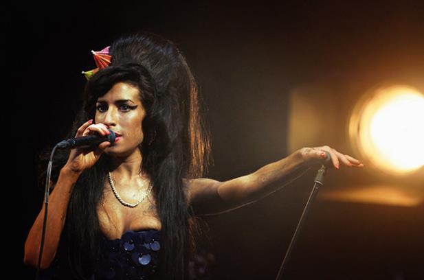 Filme renegado pelo pai mostra a genialidade de Amy Winehouse