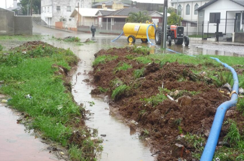 Águas de alagamento da Rua Barão do Rio Branco é drenada