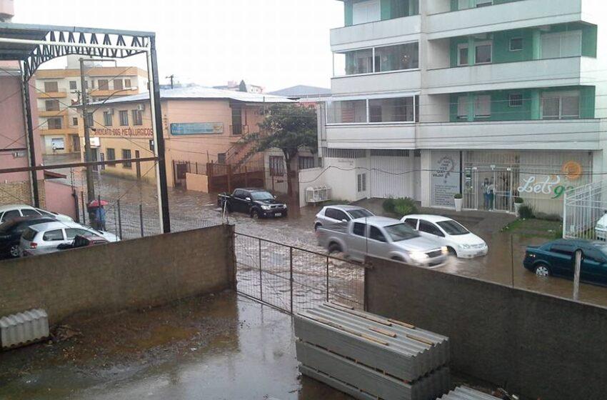 Chuva alaga ruas da cidade